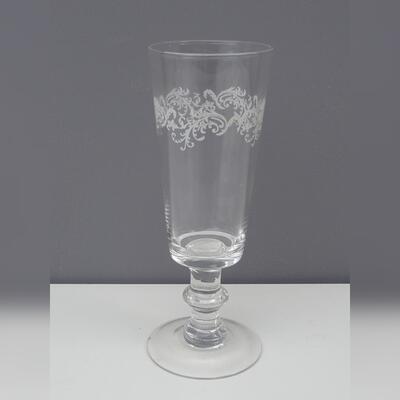 Glasvase mit weißer Girlande